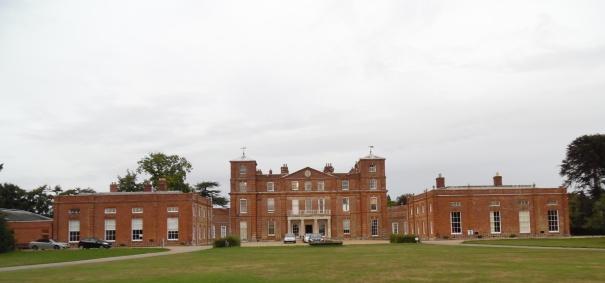 Als ik me Darlington Hall voorstel, dan denk ik aan Langley Hall, waar ik deze zomer als leerkracht werkte.